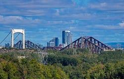 Puentes a través del St Lawrence River Leading To Downtown la ciudad de Quebec fotos de archivo