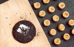Puer ha fermentato il tè in pancake su una tavola Parecchie varietà della bevanda antiossidante popolare in Asia fotografia stock
