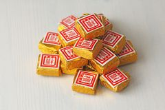 Puer te Kuber och briketter av bevarat svart te Puer Shu Puer Puer te i den guld- folien arkivbilder