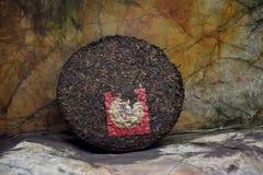 成熟puerh茶蛋糕在自然本底中 免版税图库摄影