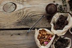 Puerh, fruta y té negro en la tabla de madera Imagenes de archivo
