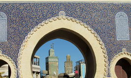 Puerta árabe del estilo en Fes Medina, Bab Bou Jeloud Imágenes de archivo libres de regalías