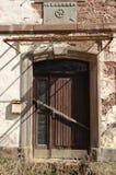 Puerta abandonada del molino imagen de archivo libre de regalías