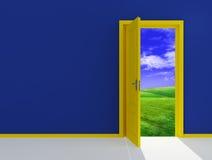 Puerta abierta amarilla en campo imágenes de archivo libres de regalías