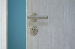 Puerta abierta con el botón de puerta del metal Fotos de archivo libres de regalías