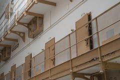 Puerta abierta de la celda de prisión imagen de archivo