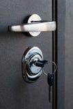 Puerta abierta de un domicilio familiar Primer de la cerradura con sus llaves en una puerta acorazada Cilindro dominante, cierre  Imagen de archivo libre de regalías