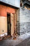 Puerta abierta de un edificio abandonado en la alameda vieja de la ciudad en Baltimore Fotos de archivo