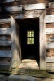 Puerta abierta de una cabina rústica Foto de archivo
