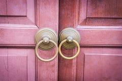 Puerta abierta del metal tradicional en una puerta de madera retra Foto de archivo