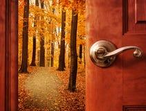 Puerta abierta en sueño de la temporada de otoño fotos de archivo libres de regalías