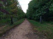 Puerta abierta a lo largo de un camino de tierra Imagen de archivo