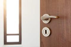 Puerta abierta mitad a un cuarto ampty Tirador de puerta, cerradura de puerta Recepción, al nuevo concepto casero Fotografía de archivo libre de regalías