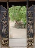 Puerta abierta tallada de madera Imágenes de archivo libres de regalías