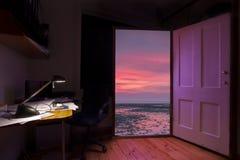 Puerta abierta a una mejor vida, de la tensión a la relajación Fotos de archivo libres de regalías