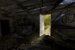 Puerta abierta a una mejor vida, del caos urbano a la naturaleza tranquila Imagenes de archivo