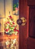 Puerta abierta y árbol de navidad en el sitio (imagen filtrada procesada Imagenes de archivo