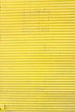 Puerta acanalada amarilla de la diapositiva de la hoja de metal Foto de archivo