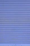 Puerta acanalada azul sucia de la diapositiva de la hoja de metal Fotografía de archivo libre de regalías