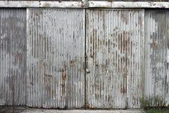 Puerta acanalada en el edificio abandonado de la fábrica Imagen de archivo