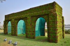 Puerta adolescente de Darwaja tres de la decoración de Ahmadabad con las flores Foto de archivo libre de regalías