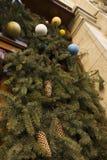 Puerta adornada con las ramas y las bolas del abeto en la Navidad Fotos de archivo libres de regalías