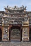 Puerta adornada de la ciudadela en Huê Vietnam imagenes de archivo