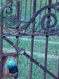 Puerta adornada de largo olvidada del cementerio fotos de archivo
