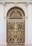 Puerta adornada de oro imagenes de archivo
