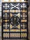 Puerta adornada del metal al cementerio de la necrópolis Fotos de archivo libres de regalías