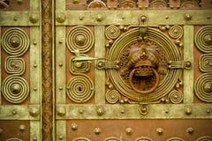 Puerta adornada del metal con el golpeador Imágenes de archivo libres de regalías