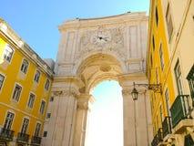 Puerta adornada hermosa de la arcada con el reloj en Lisboa Portugal contra el cielo azul Fotografía de archivo
