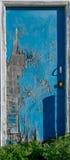 Puerta agrietada azul abandonada de la peladura Fotografía de archivo