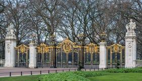 Puerta al parque verde en Londres imagenes de archivo