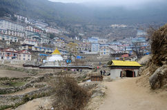 Puerta al pueblo del Bazar de Namche, parque nacional de Sagarmatha, Nepal Fotografía de archivo