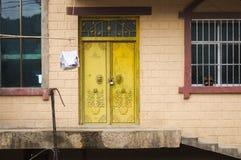 Puerta amarilla de una casa rural en Yuanyang fotografía de archivo