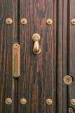 Puerta andaluz típica con el golpeador y el buzón Imágenes de archivo libres de regalías