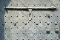 Puerta antigua con la cerradura de la barra Fotos de archivo libres de regalías