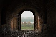 Puerta antigua de la fortaleza - de la oscuridad a la luz Fotografía de archivo libre de regalías