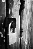 Puerta antigua de madera con una cerradura Fotos de archivo