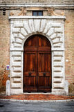Puerta antigua de un edificio histórico en Perugia (Toscana, Italia) Fotos de archivo libres de regalías