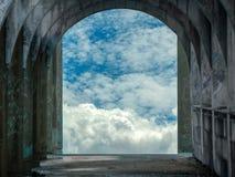puerta antigua del abandono en templo y luz del sol Fotos de archivo libres de regalías