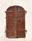 Puerta antigua del metal en la pared de piedra de la casa vieja Fotografía de archivo