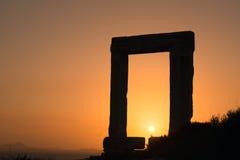 Puerta antigua del templo de Apollon en la puesta del sol en la isla de Naxos Imágenes de archivo libres de regalías