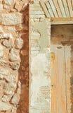 Puerta antigua - detalle del bastidor y de los ladrillos Fotos de archivo libres de regalías