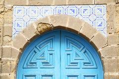 puerta antigua en el azul de Marruecos África libre illustration