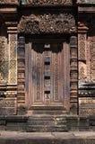 Puerta antigua en el templo de Banteay Srei Foto de archivo libre de regalías