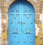 puerta antigua en la madera azul y el metal de Marruecos África oxidados ilustración del vector