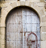 Puerta antigua en la madera azul y el metal de Marruecos África oxidados libre illustration