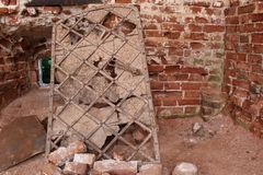 Puerta antigua en las ruinas de un templo antiguo imagenes de archivo